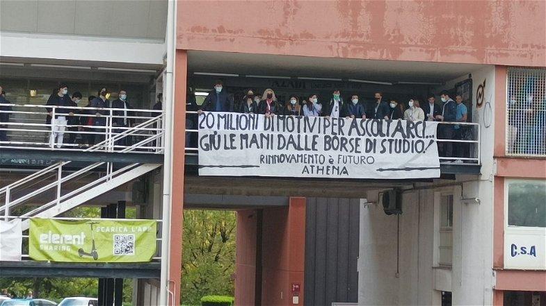 «Giù le mani dalle borse di studio» Il grido di protesta di centinaia di studenti dell'Unical