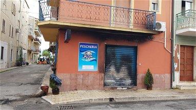 Schiavonea, incendiata la saracinesca di una pescheria inaugurata da pochi giorni