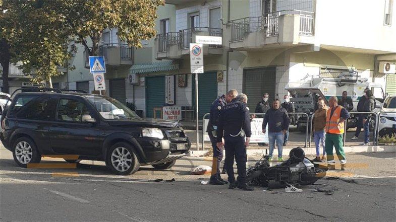 Co-Ro, gravissimo incidente in pieno centro città: scontro tra fuoristrada e motorino